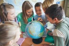 Scolari in una lezione di geografia Fotografia Stock