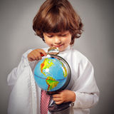 Scolaro che studia globo Fotografia Stock