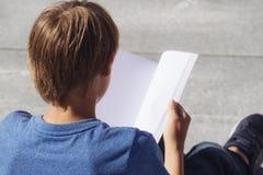 Scolaro che studia, libro di lettura all'aperto Immagini Stock Libere da Diritti
