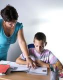 Scolaro che studia nell'aula con l'insegnante Fotografia Stock Libera da Diritti