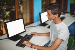 Scolaro che studia nell'aula del computer Fotografie Stock Libere da Diritti