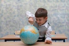 Scolaro con il globo Fotografia Stock Libera da Diritti