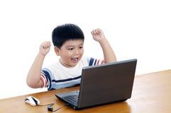 Scolaro entusiastico con il computer portatile Fotografia Stock Libera da Diritti