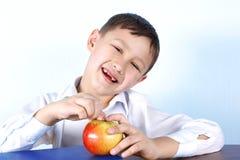 Scolaro sorridente con con la mela rossa Fotografia Stock Libera da Diritti