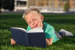 Scolaro sveglio con i libri e uno zaino Fotografia Stock Libera da Diritti