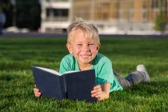 Scolaro sveglio con i libri e uno zaino Fotografie Stock