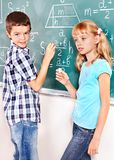 Scrittura dello scolaro sulla lavagna. Fotografie Stock Libere da Diritti
