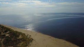 Scolo della Lettonia del fiume di Gauja nel video aereo di vista superiore 4K UHD del fuco del Mar Baltico stock footage