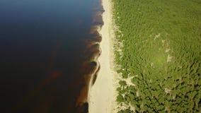 Scolo della Lettonia del fiume di Gauja nel video aereo di vista superiore 4K UHD del fuco del Mar Baltico archivi video