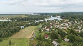 Scolo della Lettonia del fiume di Gauja nel video aereo di vista superiore 4K UHD del fuco del Mar Baltico Fotografia Stock