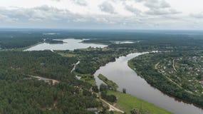 Scolo della Lettonia del fiume di Gauja nel video aereo di vista superiore 4K UHD del fuco del Mar Baltico Fotografie Stock