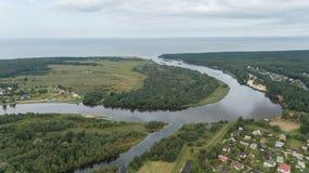 Scolo della Lettonia del fiume di Gauja nel video aereo di vista superiore 4K UHD del fuco del Mar Baltico Fotografie Stock Libere da Diritti