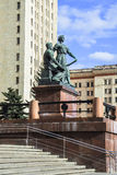 Scolpisca il gruppo all'entrata alla costruzione principale dell'università di Stato di Mosca Immagini Stock Libere da Diritti