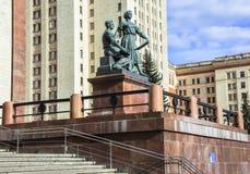 Scolpisca il gruppo all'entrata alla costruzione principale dell'università di Stato di Mosca Immagine Stock Libera da Diritti