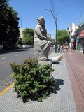 Scolpisca l'omaggio alla madre, da Francisco Reyes nel Paseo de las Esculturas Boedo Buenos Aires Argentina fotografie stock