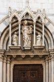 Scolpisca Madonna con il bambino della chiesa cattolica San Michele in Borgo a Pisa, Toscana, Italia fotografia stock