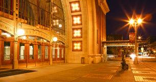 Scolpisca vicino alla costruzione storica del tribunale di Tacoma alla notte. Immagine Stock Libera da Diritti