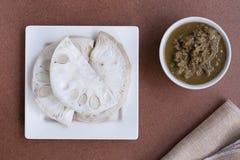 Scombro fritto con la salsa dell'inserimento del gambero Fotografie Stock Libere da Diritti