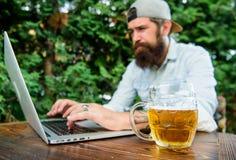 Scommessa e gioco reale dei soldi Svago brutale dell'uomo con birra ed il gioco di sport Il fan scommetteva il campionato online  fotografia stock libera da diritti