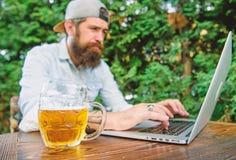 Scommessa e gioco reale dei soldi Svago brutale dell'uomo con birra ed il gioco di sport Il fan scommetteva il campionato online  immagini stock libere da diritti