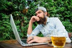Scommessa e gioco reale dei soldi Svago brutale dell'uomo con birra ed il gioco di sport I pantaloni a vita bassa barbuti del tif fotografia stock libera da diritti
