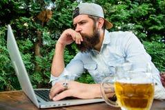 Scommessa e gioco reale dei soldi Svago brutale dell'uomo con birra ed il gioco di sport I pantaloni a vita bassa barbuti del tif immagini stock libere da diritti