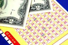 Scommetta alcuni dollari sul biglietto di lotteria fotografie stock libere da diritti