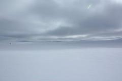 Scomparendo nel paesaggio di inverno della Norvegia fotografia stock libera da diritti