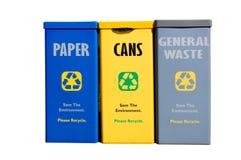 Scomparti di riciclaggio contro priorità bassa bianca Fotografie Stock Libere da Diritti
