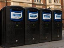 Scomparti di riciclaggio pubblici a Londra immagini stock