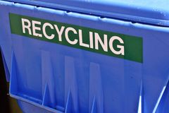 Scomparto di riciclaggio blu Fotografie Stock
