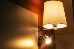 Sconce πέρα από το κρεβάτι στο δωμάτιο ή το δωμάτιο ξενοδοχείου Στοκ Εικόνες