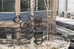 Sconcertante dei cavi elettrici sui pali elettrici Fotografie Stock Libere da Diritti