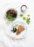 Scone ριβησίων bisquit με το κύπελλο φρέσκου Στοκ φωτογραφία με δικαίωμα ελεύθερης χρήσης