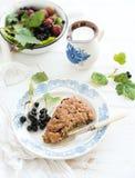Scone ριβησίων bisquits με το φρέσκο κήπο Στοκ εικόνες με δικαίωμα ελεύθερης χρήσης