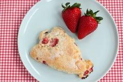 Scone de fraise avec le fruit frais Photos libres de droits