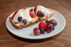 Scone mit frischer Frucht und Creme Stockbilder