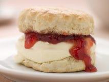 Scone rempli de la confiture de fraise et de crème coagulée Photo libre de droits