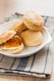 Scones с маслом и вареньем на салфетке и банком варенья Стоковое Фото