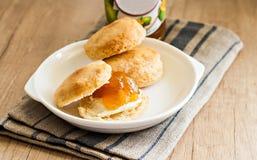 Scones с маслом и вареньем на салфетке и банком варенья Стоковое Изображение RF