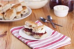 Scones avec de la confiture de fraise et la crème fouettée Photo stock