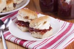 Scones avec de la confiture de fraise et la crème fouettée Image stock