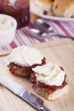 Scones avec de la confiture de fraise et la crème fouettée Images stock