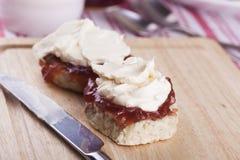 Scones avec de la confiture de fraise et la crème fouettée Photos stock