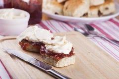 Scones avec de la confiture de fraise et la crème fouettée Images libres de droits