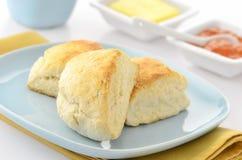 Scones avec du beurre et la confiture Photographie stock