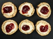 Scones con crema y mermelada de fresa coaguladas Imagen de archivo libre de regalías