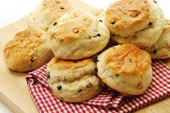 Scones cuites au four par maison Photo stock