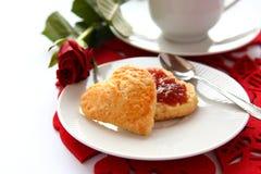 Scones en forme de coeur avec de la confiture de fraise Photographie stock