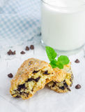 Scones enduites de sucre avec des puces de chocolat Photographie stock libre de droits